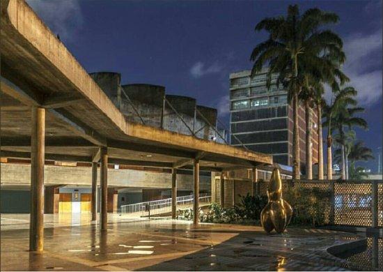 Universitätsstadt von Caracas (Ciudad Universitaria de Caracas): Foto no propia. Plaza cubierta en horas de la noche. Al fondo, edificio biblioteca central.