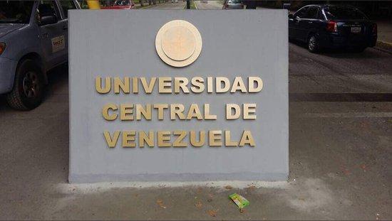 Universitätsstadt von Caracas (Ciudad Universitaria de Caracas): Foto no propia Emblema de la UCV en sus diferentes accesos.