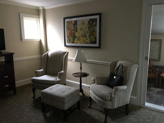Joseph Ambler Inn: Allman Suite front sitting room