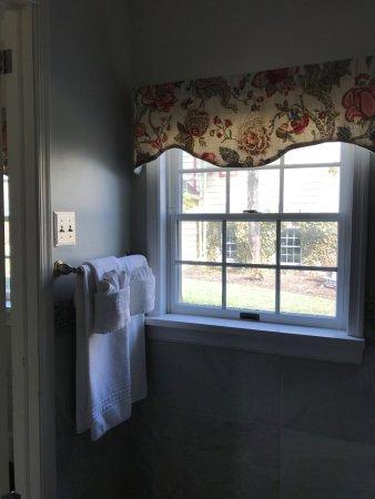 North Wales, PA: Allman Suite bathroom