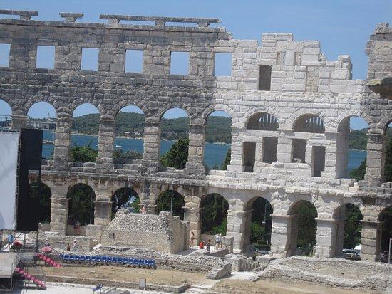 L'Arena a Pula: Kula, l'amphi vu de la colline