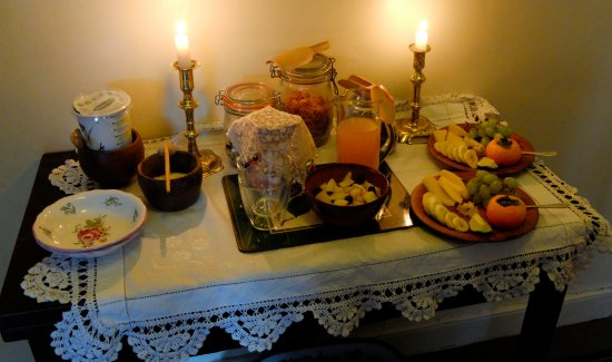 Brendan House & Tin Jug Studio: Breakfasts are brought up to the Four-Poster Bedroom.