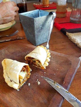Villa Ruiz, الأرجنتين: empanadas en tablita de madera y las pastas en cazuelas de barro y abundante porcion