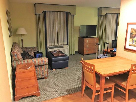 Homewood Suites by Hilton Newburgh-Stewart Airport: Table de la cuisinette et sofa-lit