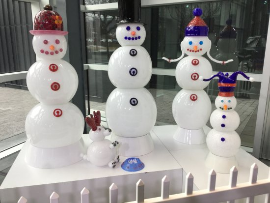 Corning, État de New York : A life-size glass snow family (including dog PiREX)