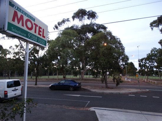 Parkville Motel: Across the road from the park that houses the Melbourne Zoo.