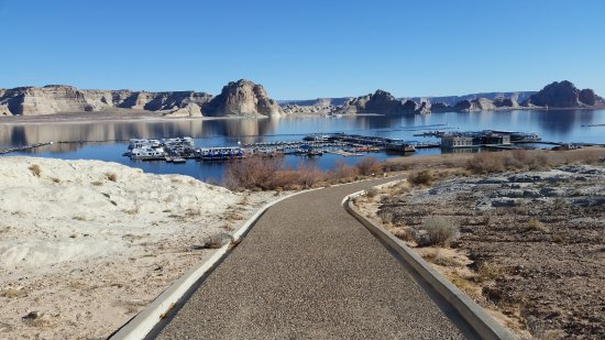 Lake Powell Resort: View of Lake Powell Marina from Nature Trail