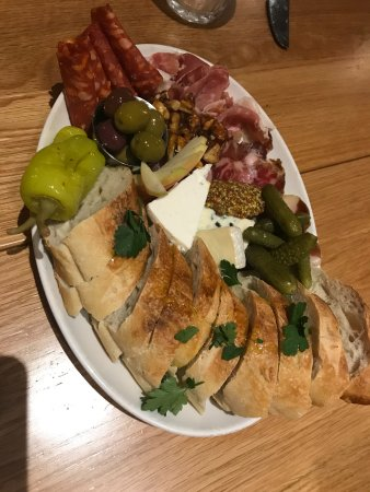 Cobble Hill, Canadá: Cheese and meat platter