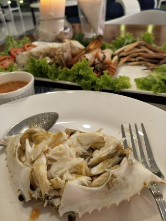 Nuea Khlong, Thailand: Crab dinner with the shells all cracked!
