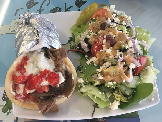 ‪‪Yucaipa‬, كاليفورنيا: Traditional gyro with Greek salad, fresh and tasty! You can't go wrong!‬