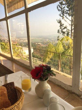 Hotel Mitzpe Hayamim: נוף וארוחת בוקר גלילים אפילו הכלניות שעל השולחן