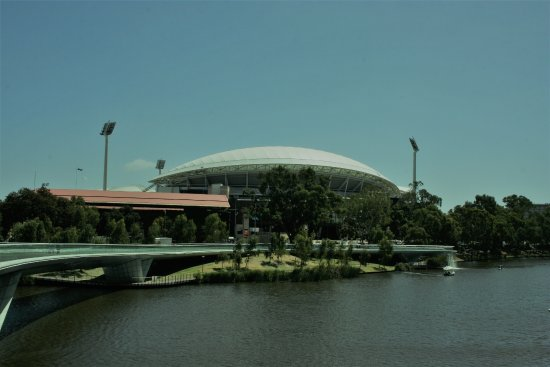 Walkerville, Avustralya: The best cricket ground in the world. Adelaide Oval and the new Torrens footbridge.