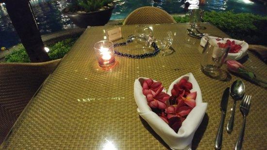 Edsa Shangri-La: poolside dinner setup