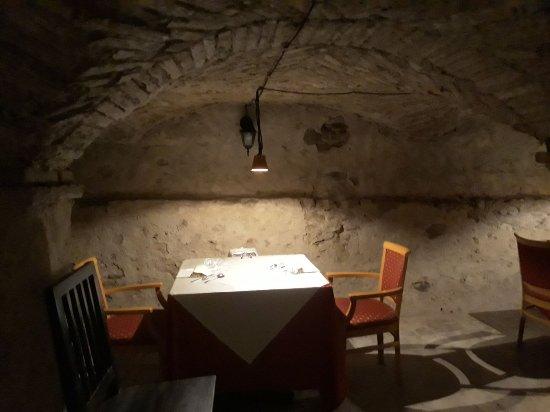 Montechiarugolo, İtalya: Uno dei tavoli della cantina.