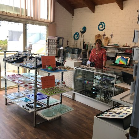 Apollo Bay, Australia: Margaret Smith transforms  glass into beautiful jewellery and glass products .  Free necklace wi