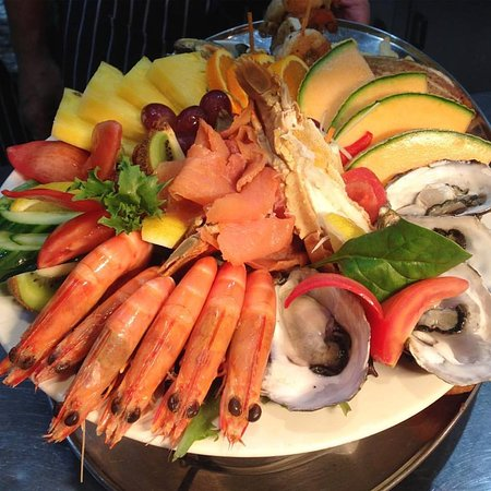 Tewantin, Australia: Just the TOP layer of our seafood platter