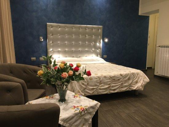 Cabina Armadio Grande : Bella camera con cabina armadio e un bel bagno grande foto di
