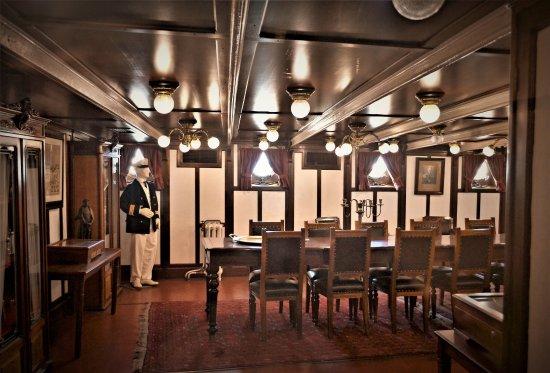Floating Naval Museum Battleship Averof: Νομίζω πως είναι η τραπεζαρία των αξιωματικών...