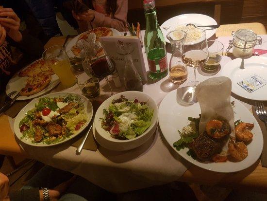 Villa Masianco: Pizza in Herzform der Kinder, Salat und Steak mit Beilagensalat