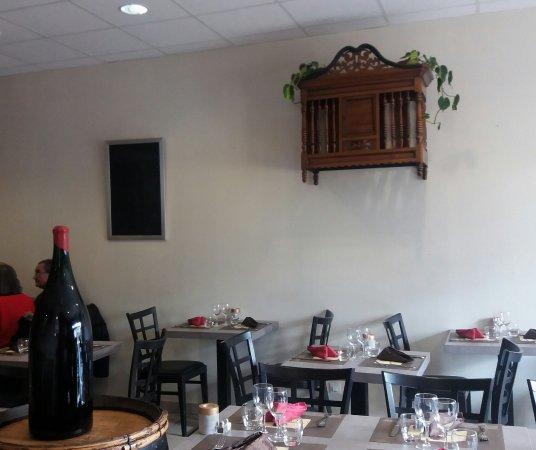 Chenas, Frankreich: Une jolie panetière un décor sobre mais une table chaleureuse à l'image de ce jeune couple.
