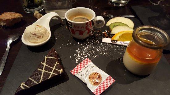 Fontenay-le-Comte, فرنسا: Café gourmand (manque un macaron, je l'ai mangé trop vite) ^^