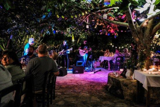 Gavalianos Kafenes: Atmospheric and fabulous evening!