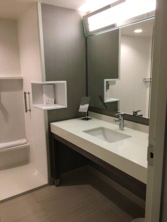 Courtyard Appleton Riverfront: Really Nice Bathroom