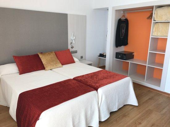 Modern eingerichtet mit Kühlschrank - Picture of Hotel Abrat, Sant ...