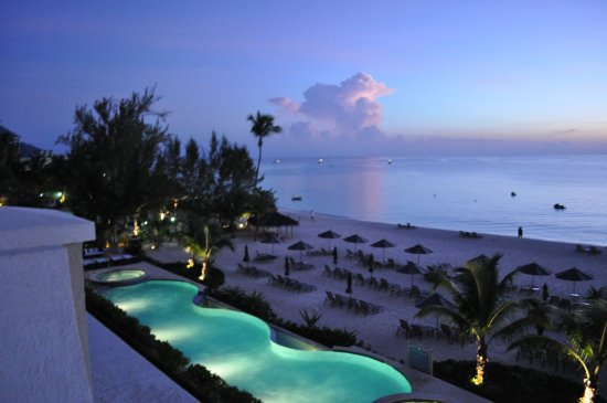 Beachcomber Grand Cayman: view if the 80 ft pool at night