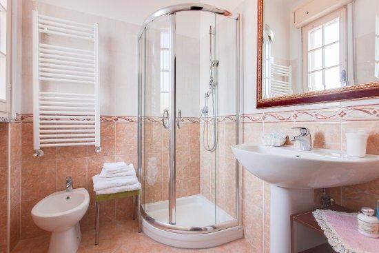 74abb4412d bagno rinnovato con box doccia finestra termo phon - Foto di Hotel ...