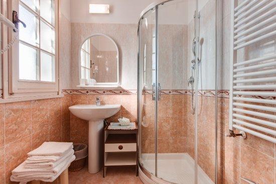 Bagno rinnovato con box doccia phon termoarredo finestra bild