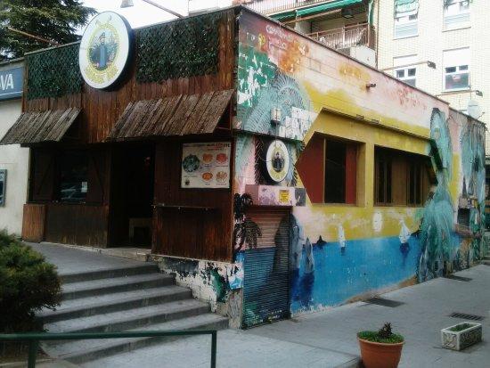 Alcorcon, Spain: Exterior y  buenas ofertas.