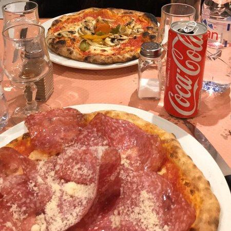 Nanterre, France: Pizza Salami ( ma favorite ) et pizza végétarienne en face