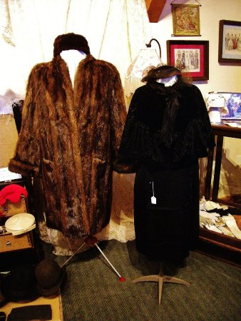 Sandy, Oregón: some warm coats that women wore before PETA existed
