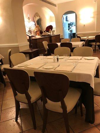 grande salone ordinato con molti tavoli, ttutti ben apparecchiati ...
