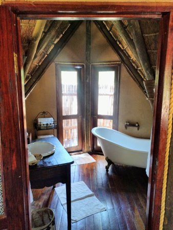 Central Kalahari Game Reserve, Botswana: Shower is outside through the double doors