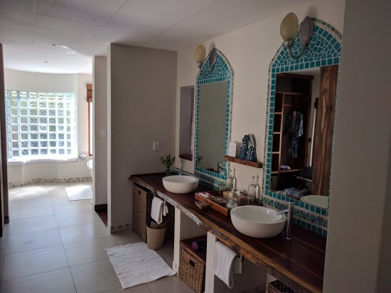 Benguerra Island, Mozambique: The bathroom is the size of our apartment!!