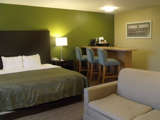 Quality Inn Winslow: King Suite