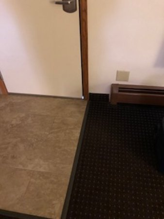 Best Western Plus Silver Saddle Inn: Gap at bottom of door