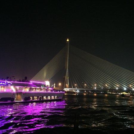 V Varee Bangkok: Aussicht vom Steg. Bei Nacht kommen die Dinnercruiser vorbeigefahren, auf denen wir wohl besser