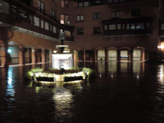 Hotel Estelar La Fontana: fuente en la plaza central