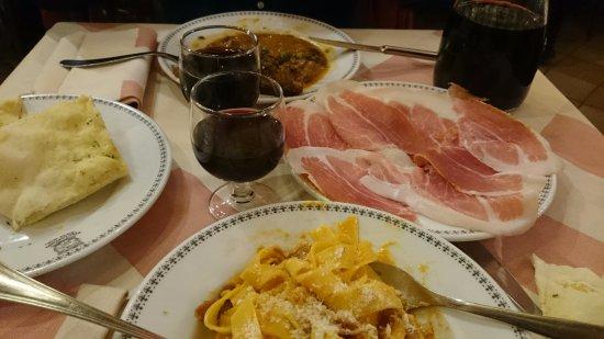 Gioia Mia Pisciapiano: Jamón de Parma, Pappardelle alla Gran Duca, Estofado de ternera, pan y vino de la casa.