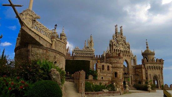 Castillo de Colomares: Looking through a hole in the entrance gate