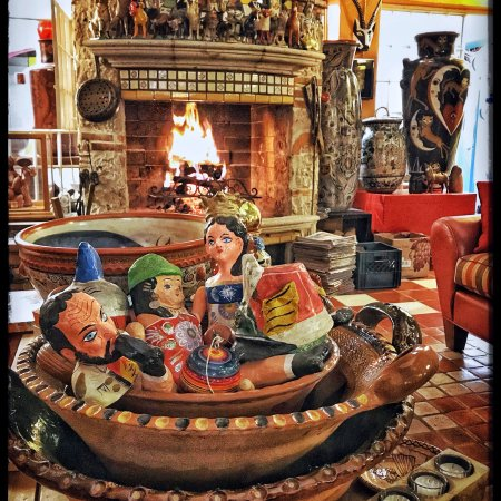 Casa de Las Flores : The cozy ambiance was so wonderful and warming on a rainy night...and then we were treated to St