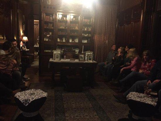 Harry Packer Mansion Inn: Sudy where we listen to Inspector Bob