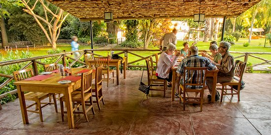 Arumeru River Lodge: Dining area - put on your insect repellent. Just saying.