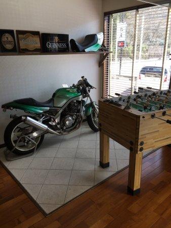 Mizumitei : オートバイとゲームが置かれた店内の様子