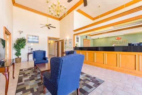 Econo Lodge Inn & Suites: Lobby