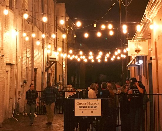 Elizabeth City, Carolina del Norte: Ghost Harbor Brewing Co. sits in the middle of Pailin's Alley dining district.