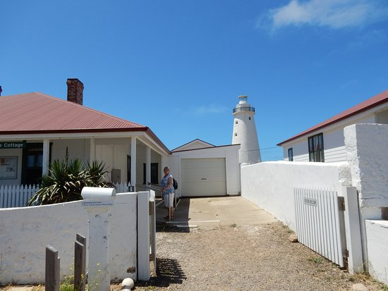 Penneshaw, Australia: View between 2 cottages to Light House